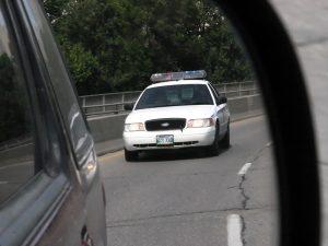 Voiture de police dans le rétroviseur