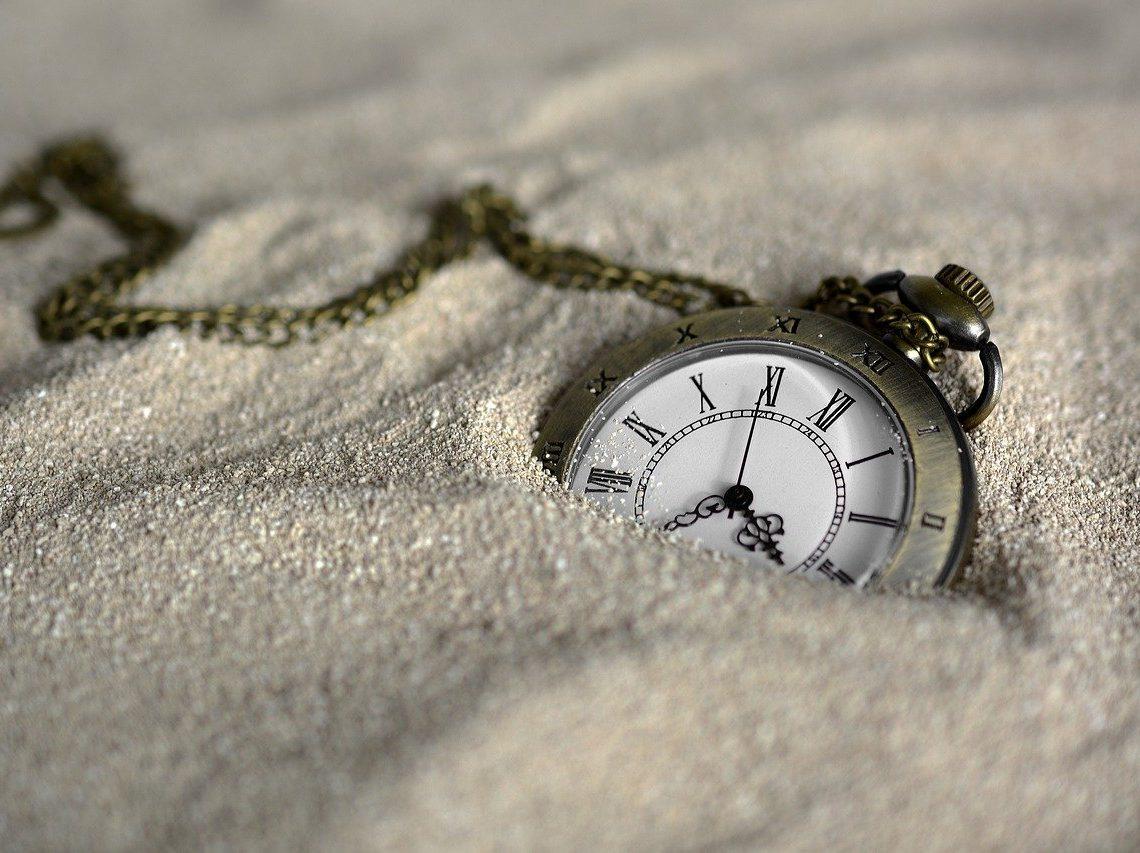 montre dans le sable